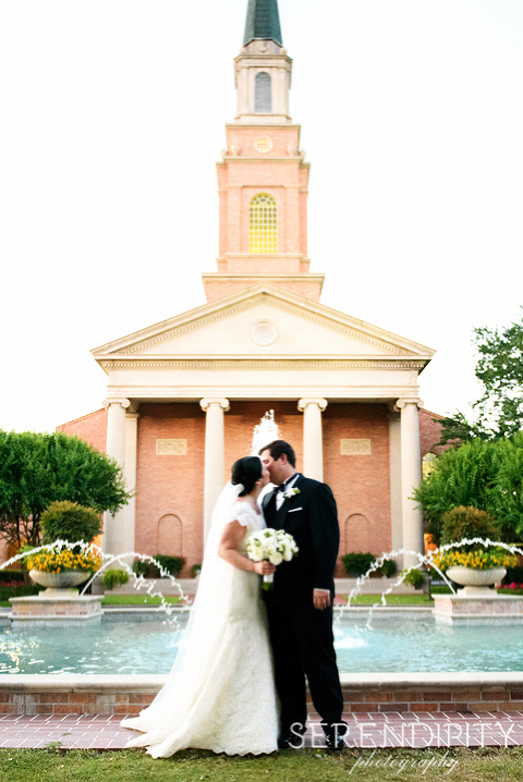 second baptist church houston, bride and groom kiss, bride and groom portrait